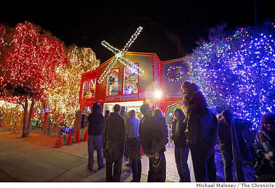 The line stretched around the block as people stood in line to look at the 301,000 Christmas lights on display in the yard of Livermore, Calif. resident Dave Rezendes on Saturday, December 20, 2008. Photo: Michael Maloney, The Chronicle