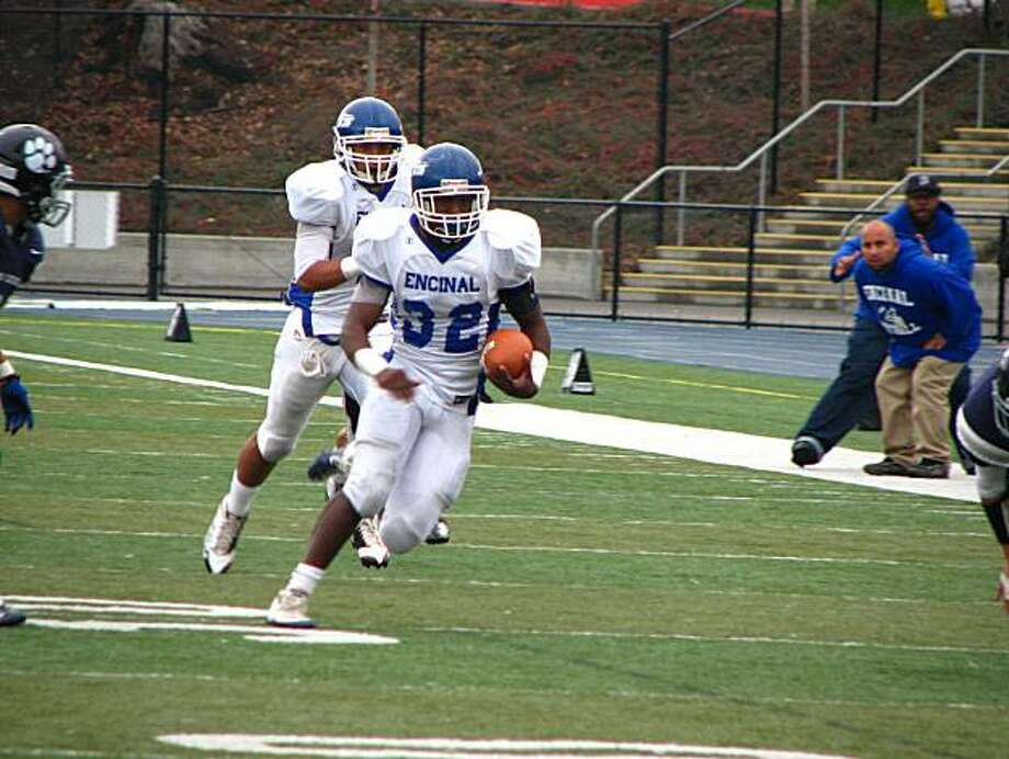 Encinal-Alameda's Jonathan Allen (32) makes a 33-yard run against Marin Catholic in the first half on Saturday, December 4, 2010. Photo: John Diaz, The Chronicle
