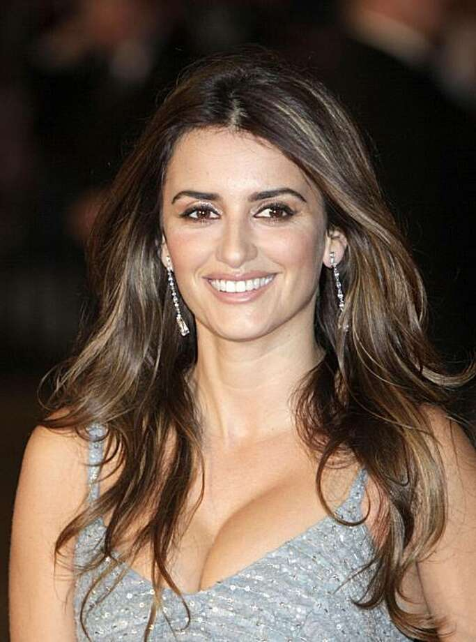Spanish actress Penelope Cruz poses for the photographers prior to the world premiere of her latest film 'Nine' in central London,Thursday Dec. 3, 2009. Photo: LEFTERIS PITARAKIS, AP