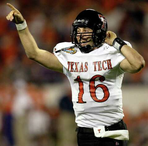 Texas Tech quarterback Kliff Kingsbury points to the crowd after throwing a touchdown pass against Clemson in the fourth quarter at the Mazda Tangerine Bowl on Monday, Dec. 23, 2002 in Orlando, Fla. Photo: SCOTT AUDETTER, AP / AP