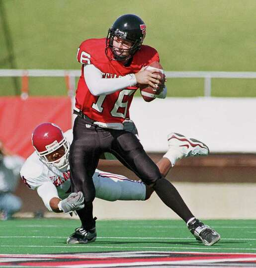Texas Tech quarterback Kliff Kingsbury avoids a tackle during last season's game against Oklahoma.