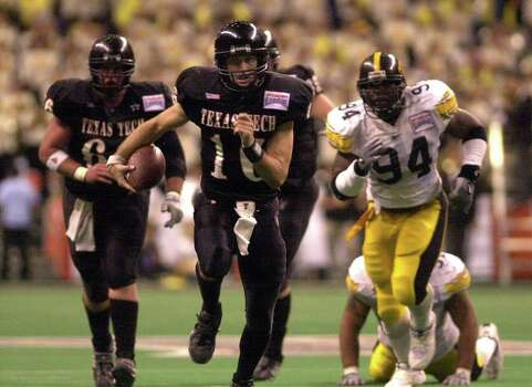 Texas Tech quarterback Kliff Kingsbury runs for yardage during fourth-quarter action at the Sylvania Alamo Bowl in the San Antonio Alamo Dome on Saturday, Dec. 29, 2001. BILLY CALZADA / EXPRESS-NEWS Photo: BILLY CALZADA, SAN ANTONIO EXPRESS-NEWS / SAN ANTONIO EXPRESS-NEWS