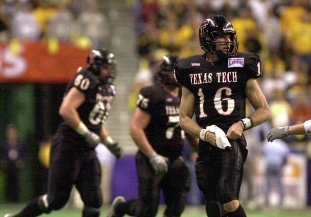 Texas Tech quarterback Kliff Kingsbury ponders his team's fate during the waning moments of the Sylvania Alamo Bowl in the Alamo Dome on Saturday, Dec. 29, 2001. BILLY CALZADA / EXPRESS-NEWS Photo: BILLY CALZADA, SAN ANTONIO EXPRESS-NEWS / SAN ANTONIO EXPRESS-NEWS