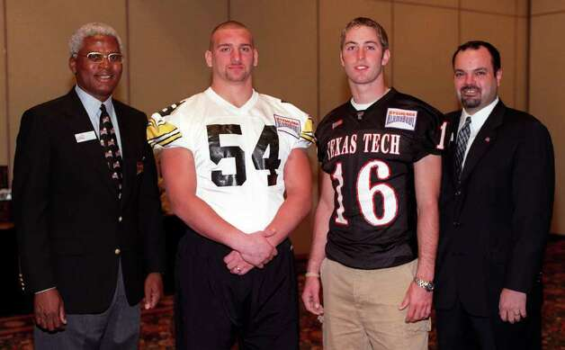 The Wells Fargo Alamobowl Kickoff Luncheon. Shown (L-R) are Joe Linson, Sylvania AlamoBowl Board Secratary, Aaron Kampman, Iowa senior Defensive End, kliff Kingsbury , Texas Tech junior QB , Tony Novoa, Board of Directors American Airlines.ANTHONY PADILLA/SPECIAL TO THE EXPRESS-NEWS  28 DEC 2001. Photo: ANTHONY PADILLA, SPECIAL TO THE EXPRESS-NEWS / SAEN