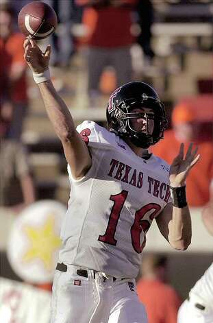 Texas Tech quarterback Kliff Kingsbury throws a pass against Oklahoma State, Saturday, Nov. 10, 2001, in Stillwater, Okla. Photo: CHRIS LANDSBERGER, AP / AP