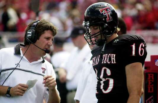 ** FILE ** Texas Tech football coach Mike Leach, left, talks to quarterback Kliff Kingsbury during the game against Mississippi on Sept. 14, 2002, in Lubbock, Texas. Leach is one of only 10 head coaches in Division I-A college football who also serve as their own offensive coordinators. Photo: ROBIN O'SHAUGNESSY, AP / LUBBOCK AVALANCHE-JOURNAL