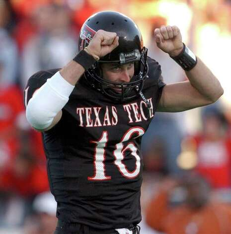 Tech quarterback Kliff Kingsbury celebrates a third quarter touchdown. Kingsbury had 473 yards passing and 6 touchdowns. BAHRAM MARK SOBHANI/STAFF NOVEMBER 16, 2002 JONES SBC STADIUM Photo: BAHRAM MARK SOBHANI, SAN ANTONIO EXPRESS-NEWS / SAN ANTONIO EXPRESS NEWS