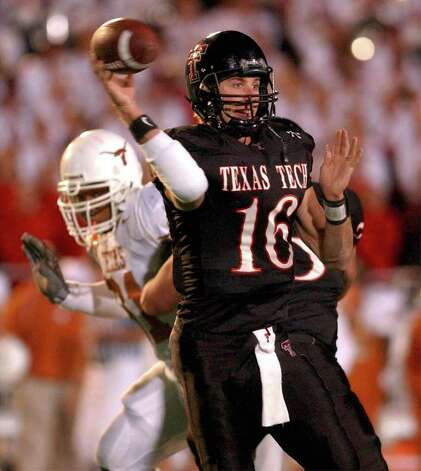Tech quarterback Kliff Kingsbury (16) dumps off one of his 38 completions against Texas. BAHRAM MARK SOBHANI/STAFF NOVEMBER 16, 2002 JONES SBC STADIUM Photo: BAHRAM MARK SOBHANI, SAN ANTONIO EXPRESS-NEWS / SAN ANTONIO EXPRESS NEWS