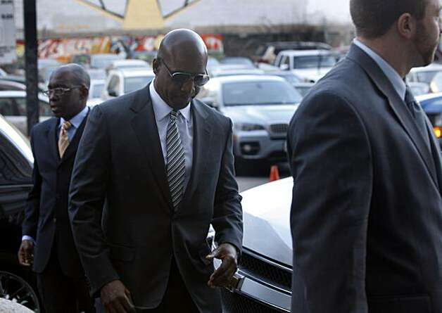 Barry Bonds arrives at the Phillip Burton Federal Building to attend an evidence hearing for his upcoming trial in San Francisco, Calif., on Friday, Jan. 21, 2011. Photo: Paul Chinn, The Chronicle