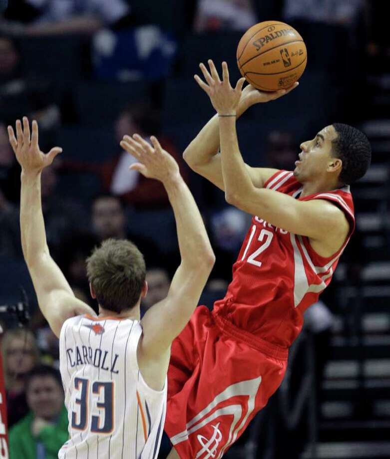 Houston's Kevin Martin gets off a shot in front of Charlotte's Matt Carroll (33) during the first half. Photo: AP