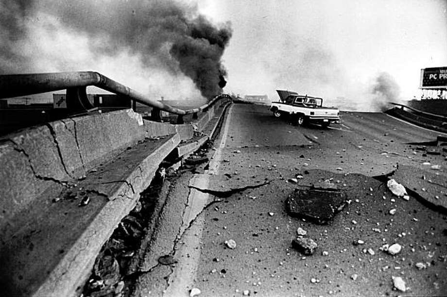 ** FOR USE AS DESIRED WITH EARTHQUAKE ANNIVERSARY STORIES ** In this photo taken Oct. 17, 1989, a pick up truck sits on the Cypress freeway in Oakland, Calif., after it collapsed during the Loma Prieta earthquake.  Oct. 17, 2009 marks the 20th anniversary of the Loma  Prieta earthquake. (AP Photo/Oakland tribune, Michael Macor) Photo: Michael Macor, AP