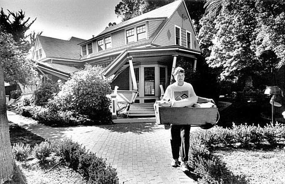 John McMahon helps a friend carry out belongings from his damaged home in Los Gatos, Ca due to the Loma Prieta earthquake, October 17, 1989. Photo: Michael Maloney, The Chronicle