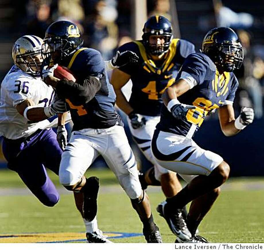 Cal�s, Jahvid Best breaks through the scimage line in 3rd quarter action. during there NCAA college football game with Washington in Berkeley Saturday, Dec. 6, 2008.  Cal defeated washington 48-7 Photo: Lance Iversen, The Chronicle