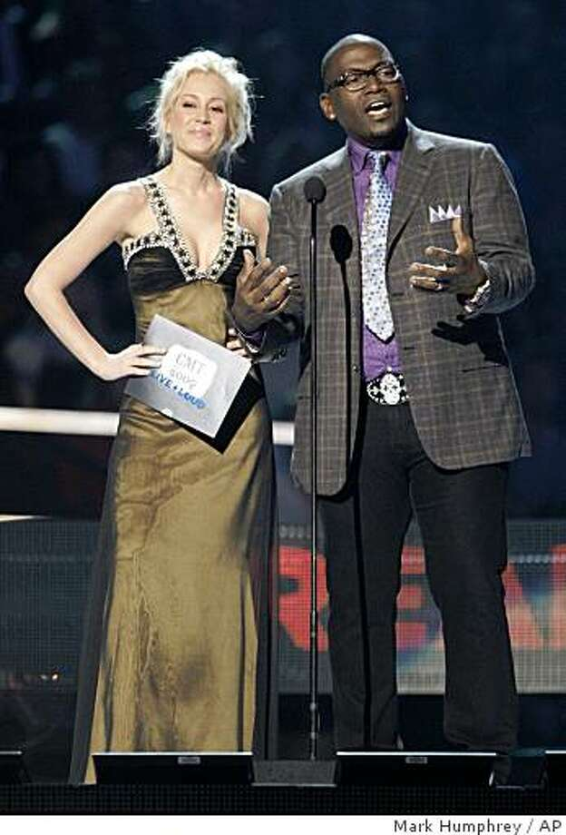 Kelly Pickler and Randy Jackson present an award at the CMT Music Awards in Nashville, Tenn. Tuesday, June 16, 2009. Photo: Mark Humphrey, AP
