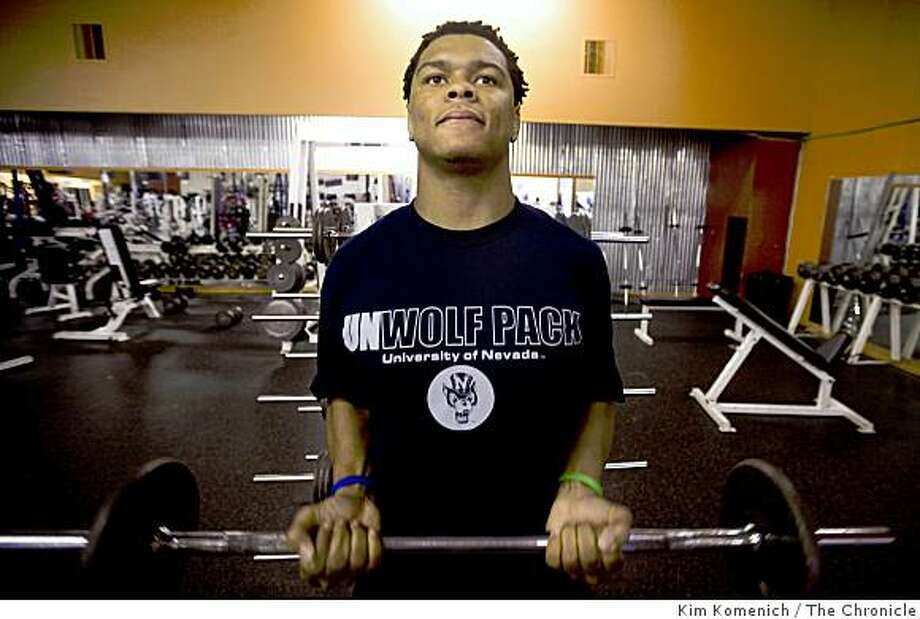 Former Carver School student Jeremy Beasley works out at the Extreme Fitness gym in Antioch, Calif., in Saturday, Dec. 20, 2008. He is a football player at the University of Nevada, Las Vegas. Photo: Kim Komenich, The Chronicle