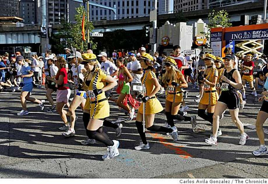 Runners make their way up Howard Street at the start of the 98th running of the Bay to Breakers. Photo: Carlos Avila Gonzalez, The Chronicle