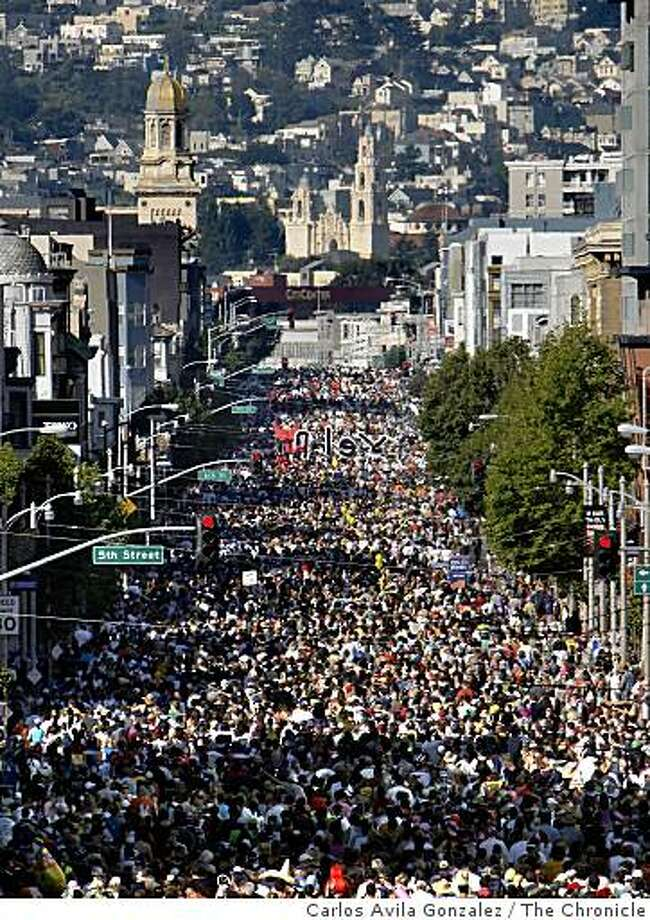 The 98th running of the Bay to Breakers on Sunday, May 17, 2009. On hand were the usual costumed runners, floats, and scene. This year's news was the new rules regarding permits for floats and prohibition of kegs, but little enforcement was visible in the the mix. Photo: Carlos Avila Gonzalez, The Chronicle