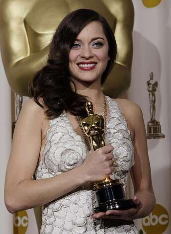 "French actress Marion Cotillard poses with the Oscar for best actress for her work in ""La Vie en Rose"" the 80th Academy Awards Sunday, Feb. 24, 2008, in Los Angeles.(AP Photo/Kevork Djansezian) Photo: Kevork Djansezian"