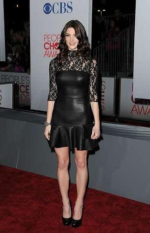 Эшли в платье от DKNY.