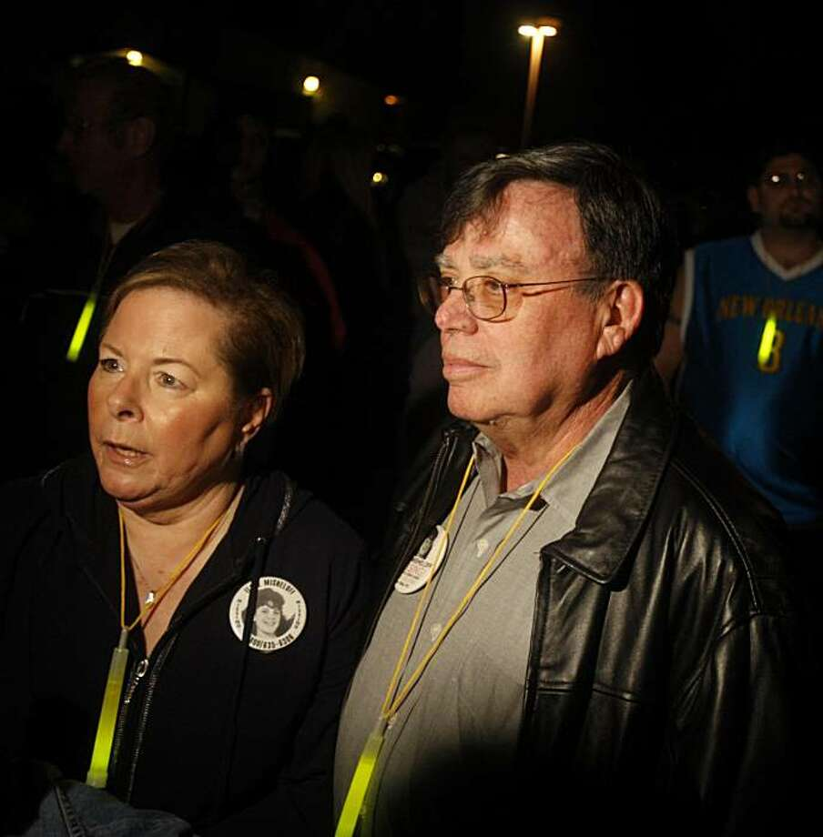 Mike and Maddi Misheloff hold their annual vigil in Dublin, Ca.,on Thursday, January 28, 2010.  Twenty-one years ago, their 13-year-old daughter, Ilene Misheloff, was kidnapped off the street as she was walking home. Photo: Liz Hafalia, The Chronicle