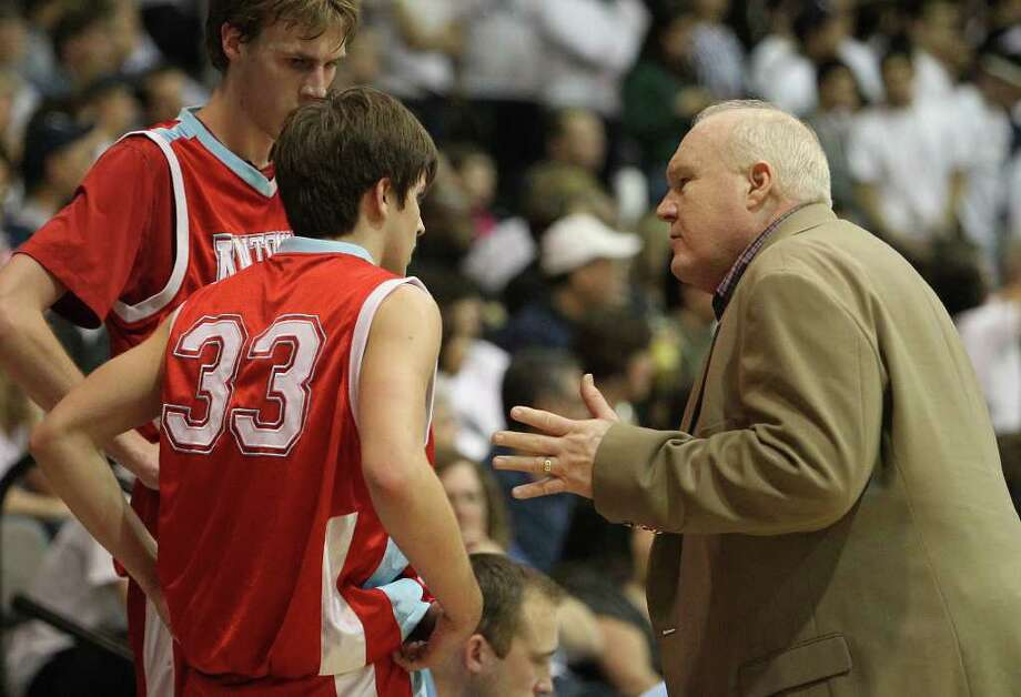 Antonian coach Charlie Boggess, consulting with Chris Molina (33) and Jerred Kite, heads to state on a 17-1 run.  Kin Man Hui / San Antonio Express-News Photo: KIN MAN HUI, ~ / SAN ANTONIO EXPRESS-NEWS
