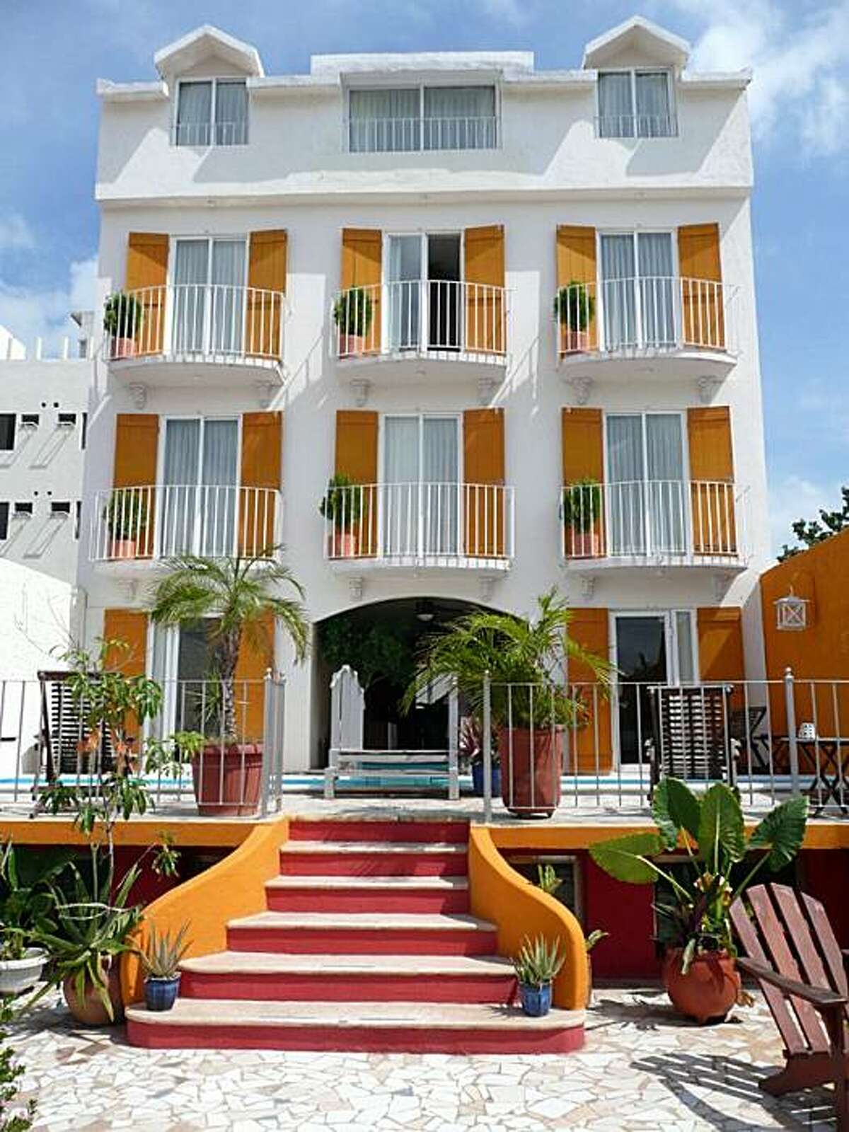 Hotel Sol y Luna: This pretty, vaguely Colonial, vaguely Victorian, and thoroughly contemporary boutique hotel stands at the corner of Parque Las Palapas, Cancun's de facto central square. A tapas and wine bar occupies the first floor.