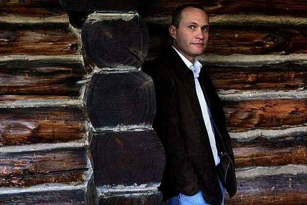 Local novelista David Vann ha escrito un nuevo libro, Caribou Island, una tragedia sobre una pareja que se lanzó a construir una cabaña en una isla en Alaska.  Él está en la cabaña de troncos en el Presidio de San Francisco, California, el Viernes, Enero 14, 2011.  Foto: Liz Hafalia, The Chronicle