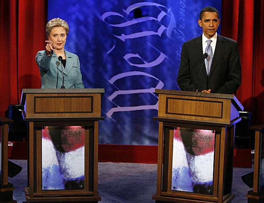 US Democratic presidential candidates Senator Hillary Clinton (D-NY) and Senator Barack Obama (D-IL) stand at their podiums during a break in the Democratic Presidential Debate at the National Constitution Center in Philadelphia, April 16, 2008.   REUTERS/Tim Shaffer   (UNITED STATES)  US PRESIDENTIAL ELECTION CAMPAIGN 2008 (USA) Photo: Tim Shaffer, REUTERS
