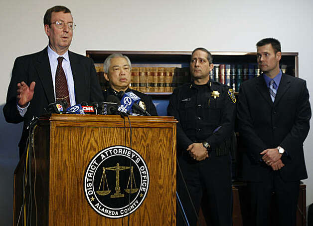 Alameda County District Attorney Tom Orloff, left, answers questions from the media at a press conference regarding yesterday's arrest of former BART police officer Johannes Mehserle in Minden, Nevada. Photo: Lance Iversen, The Chronicle