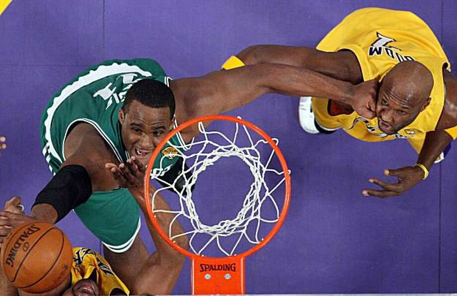 Boston Celtics forward Glen Davis, left, hits Los Angeles Lakers forward Lamar Odom in the face as he goes after a rebound during the first half in Game 6 of the NBA basketball finals, Tuesday, June 15, 2010, in Los Angeles. Photo: Mark J. Terrill, AP
