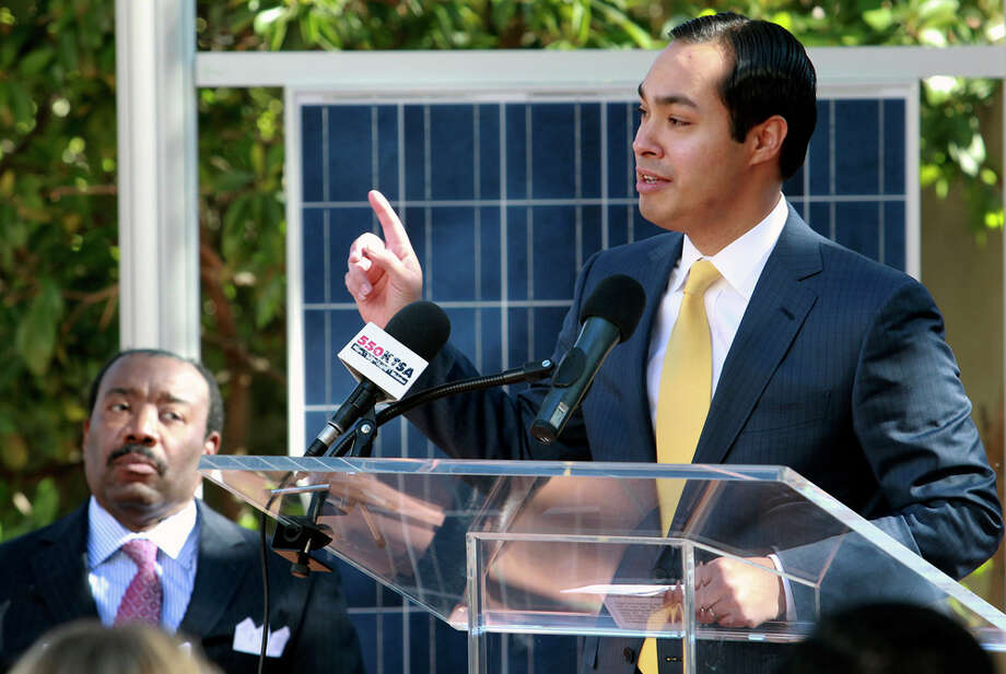 Mayor Julián Castro speaks as OCI Solar Power and Nexolon are presented as the choices to bring a solar power plant to San Antonio. Photo: TOM REEL, SAN ANTONIO EXPRESS-NEWS