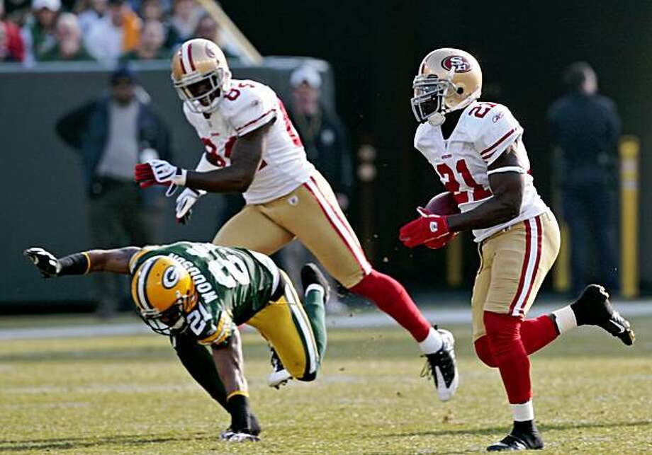 San Francisco 49ers' Frank Gore, right, runs past Green Bay Packers' Charles Woodson during the first half of an NFL football game Sunday, Nov. 22, 2009, in Green Bay, Wis. (AP Photo/Mike Roemer) Photo: Mike Roemer, AP