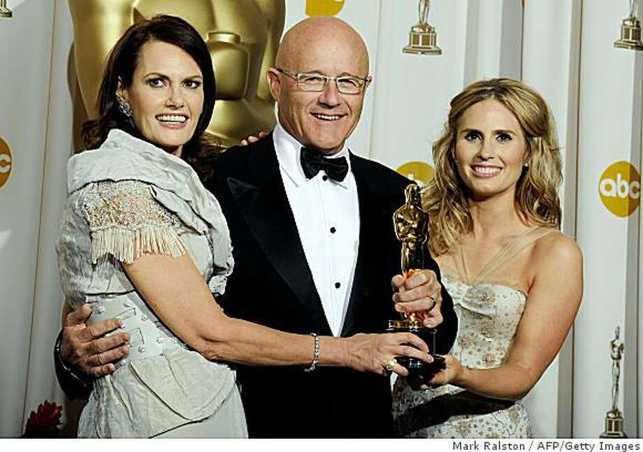 Best Supporting Actor Winner Heath Ledger's family, mother Sally, father Kim and sister Kate pose with the trophy at the 81st Academy Awards at the Kodak Theater in Hollywood, California on February 22, 2009. Photo: Mark Ralston, AFP/Getty Images