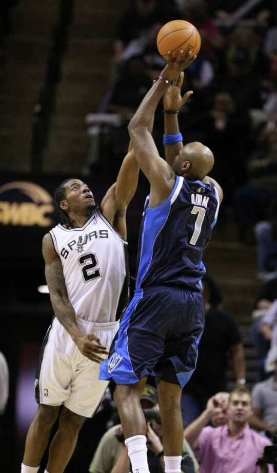 FOR SPORTS - Dallas Mavericks forward Lamar Odom (7) shoots over San Antonio Spurs forward Kawhi Leonard (2) during second half action Thursday Jan. 5, 2012 at the AT&T Center.  (PHOTO BY EDWARD A. ORNELAS/eaornelas@express-news.net) Photo: EDWARD A. ORNELAS, SAN ANTONIO EXPRESS-NEWS / SAN ANTONIO EXPRESS-NEWS (NFS)
