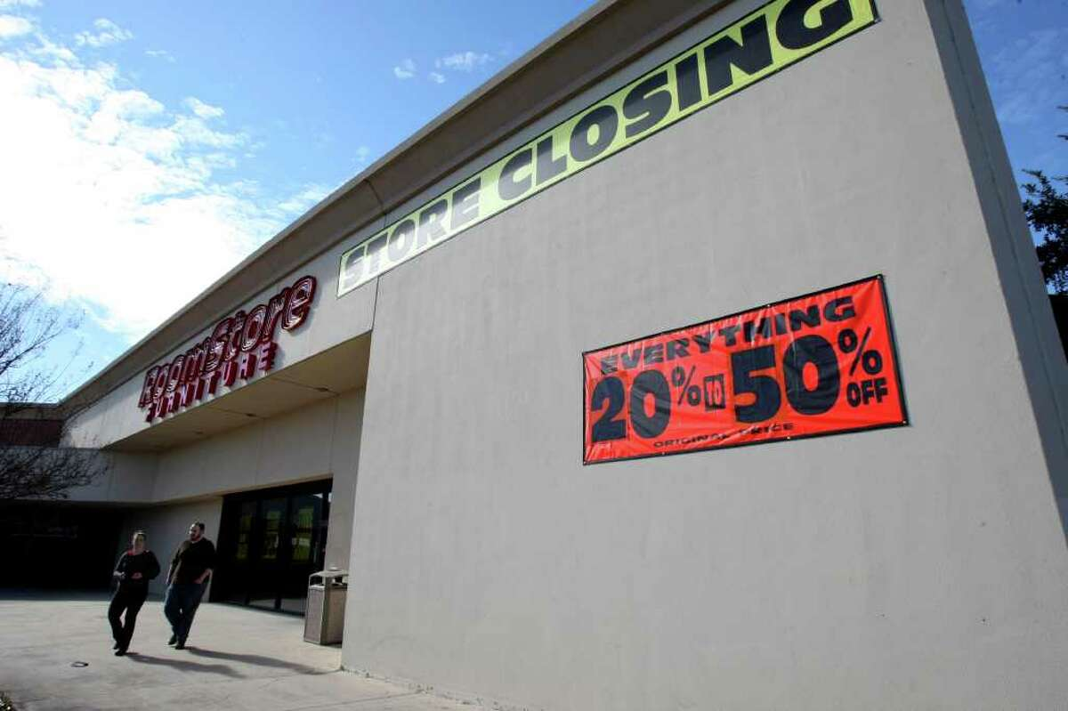 BUSINESS: The Room Store on Perrin Beitel displays signs announcing a closing sale. The company has filed for bankruptcy and will be closing five stores in San Antonio. HELEN L. MONTOYA/hmontoya@express-news.net