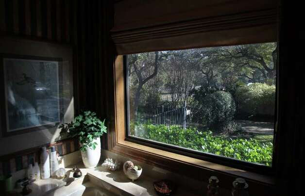 A large window provides a view of the outdoors from a bathroom. Photo: JOHN DAVENPORT/jdavenport@express-news.net, SAN ANTONIO EXPRESS-NEWS