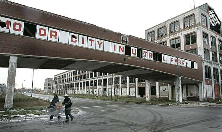 ** ADVANCE FOR SUNDAY, DEC. 21 **Pedestrians walk by the abandoned Packard plant in east Detroit, Thursday, Dec. 11, 2008. The plant, designed by Albert Kahn closed in the mid 1950s.  (AP Photo/Carlos Osorio) Photo: Carlos Osorio, AP