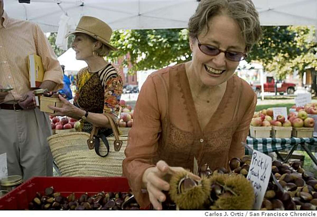Alice Waters shops for food as she visited the Green City Market in Chicago�s Lincoln Park neighborhood on Saturday October 6, 2007. Photo by Carlos J. Ortiz/San Francisco Chronicle. Ran on: 10-17-2007 Alice Waters takes a break between speaking engagements to shop for produce during a visit to the Green City Market in Chicago. Below, Waters signs a copy of her new cookbook.