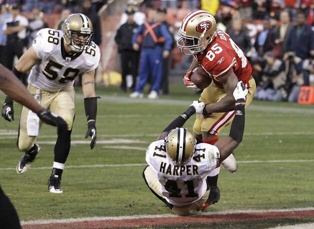 San Francisco 49ers tight end Vernon Davis (85) scores on a 14-yard touchdown pass from quarterback Alex Smith over New Orleans Saints strong safety Roman Harper (41) during the fourth quarter of an NFL divisional playoff football game Saturday, Jan. 14, 2012, in San Francisco.  (AP Photo/Paul Sakuma) Photo: Paul Sakuma, Associated Press