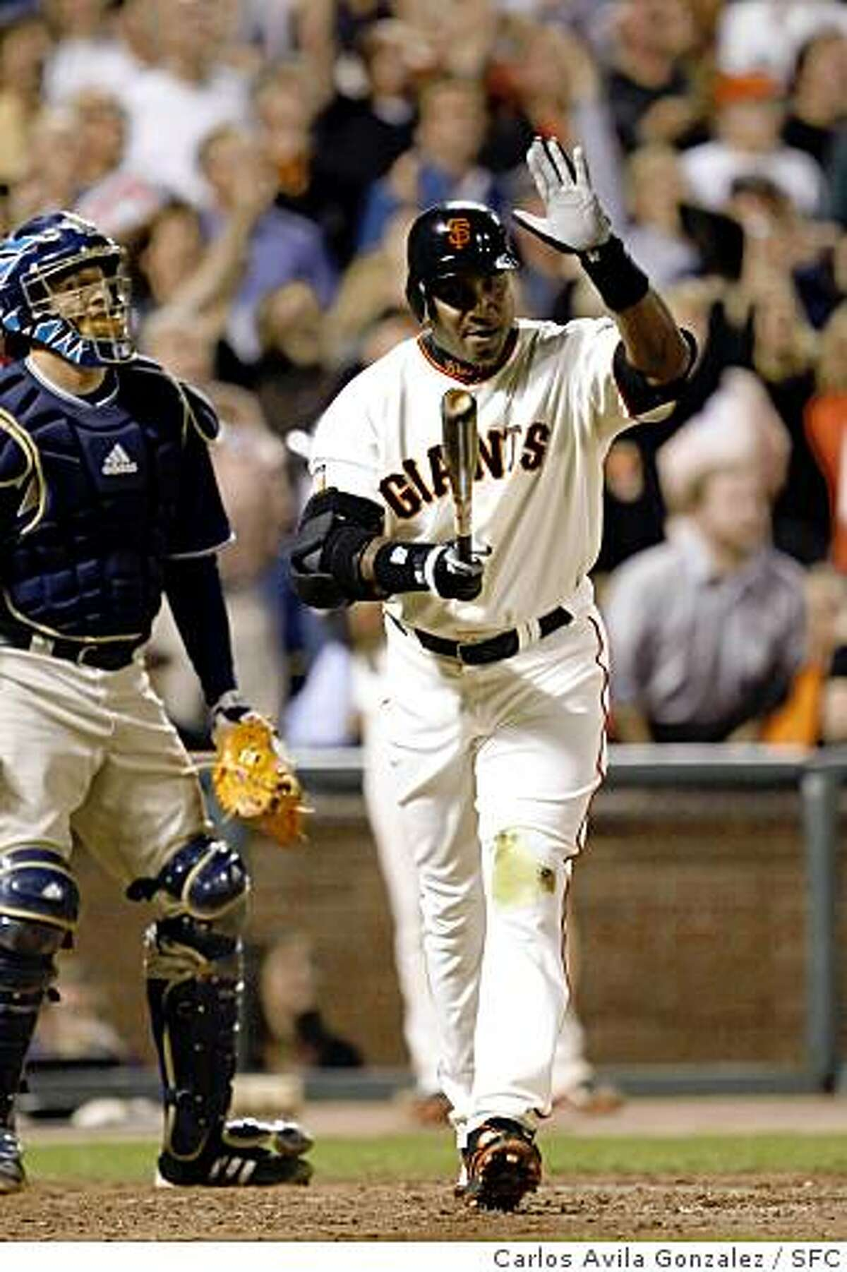 GIANTS27_0021_CAG.JPG Barry Bonds slaps his bat after popping out deep to center field in his last at-bat as a San Francisco Giant. Barry Bonds bids farewell to the fans at AT&T Park. The San Francisco Giants played the San Diego Padres at AT&T Park in San Francisco, Ca., on Wednesday, September 26, 2007. This game marks the end of Barry Bonds's career as a Giant in front of the home crowd, as he has been informed that he will not return to the team by the team's management.