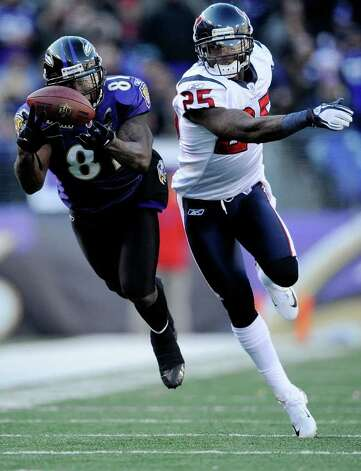 The Ravens' Anquan Boldin (left) catches a pass against  the Texans' Kareem Jackson last season. Boldin gives the Baltimore offense a physical receiver. Photo: Patrick McDermott, Getty Images / 2012 Getty Images