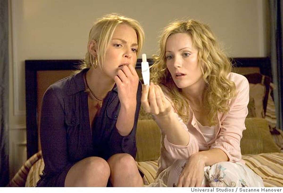 (L to R) Alison (KATHERINE HEIGL) and her sister, Debbie (LESLIE MANN), take a number of pregnancy tests in Knocked Up, a comedy about the best thing that will ever ruin your best-laid plans: parenthood. Credit: Suzanne Hanover
