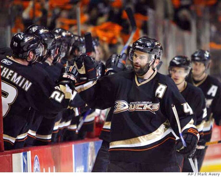 Anaheim Ducks center Rob Niedermayer is congratulated by the bench after scoring in the first period of an NHL Western Conference final hockey game Tuesday, May 22, 2007, in Anaheim, Calif. Ducks' Samuel Pahlsson, of Sweden, second right, and Chris Pronger, far right, are congratulated after assisting on the goal. (AP Photo/ Mark Avery ) EFE OUT Photo: Mark Avery