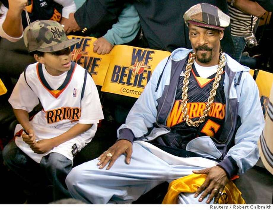 Rap musician Snoop Dogg (R) sits courtside before the start of Game 6 of the NBA Western Conference quarterfinal playoff basketball game between the Golden State Warriors and Dallas Mavericks in Oakland, California May 3, 2007. REUTERS/Robert Galbraith (UNITED STATES) 0 Photo: ROBERT GALBRAITH