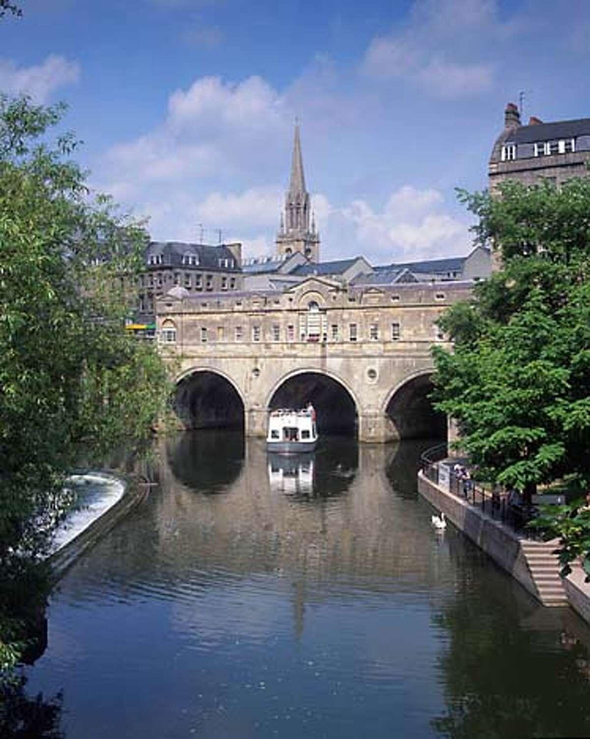 TRAVEL-BATH, ENGLAND (received 7/31/03) -- Pulteney Bridge and the River Avon, Bath. Credit: Bath Tourist Board