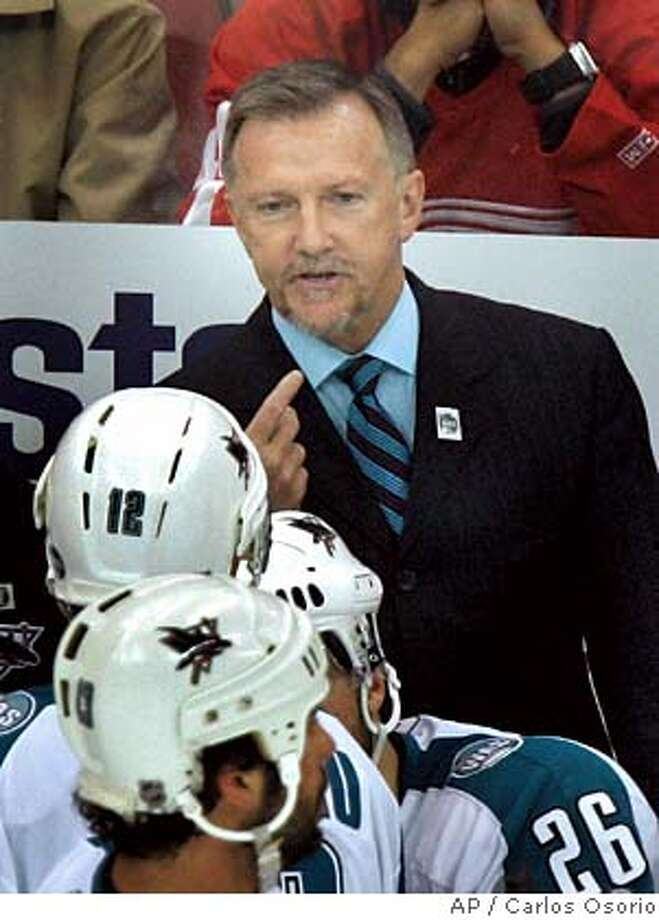 San Jose Sharks hockey coach Ron Wilson talks to his team during a timeout in the third period of Game 1 of their Western Conference semifinal series against the Detroit Red Wings in Detroit, Thursday, April 26, 2007. The Sharks won 2-0. (AP Photo/Carlos Osorio) EFE OUT Photo: Carlos Osorio