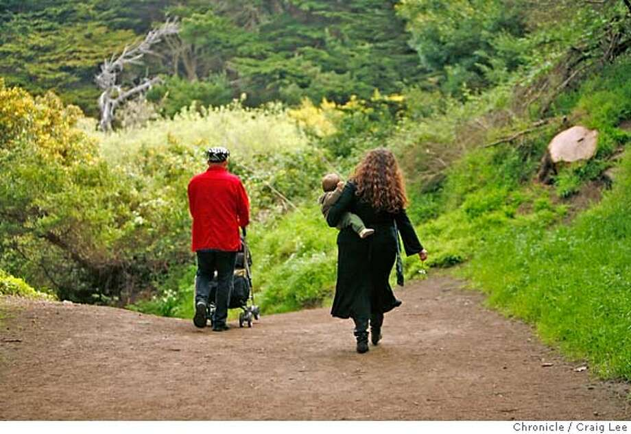LOCAVORE18_076_cl.JPG  Photo for a story on trying to follow the Locavore challenge, of eating locally on a budget. Nicholas Petti (left) and his wife, Jaimi Parsons (right), along with their 8 month-old son, Marlon, foraging for food. Nicholas is a chef and owner of a restaurant in Fort Bragg, CA called Mendo Bistro. Event on 4/5/07 in San Francisco. photo by Craig Lee / The Chronicle MANDATORY CREDIT FOR PHOTOG AND SF CHRONICLE/NO SALES-MAGS OUT Photo: Photo By Craig Lee