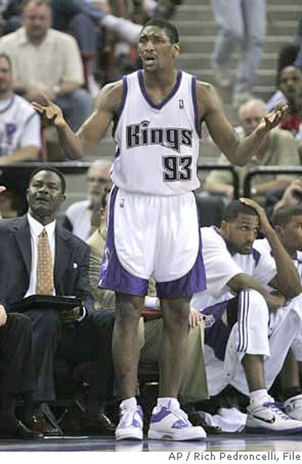 Sacramento Kings forward Ron Artest complains about a foul called against him in the fourth quarter of the Kings 97-93 loss to the Dallas Mavericks in an NBA basketball game in Sacramento, Calif., Tuesday, April 3, 2007. (AP Photo/Rich Pedroncelli) EFE OUT Photo: Rich Pedroncelli