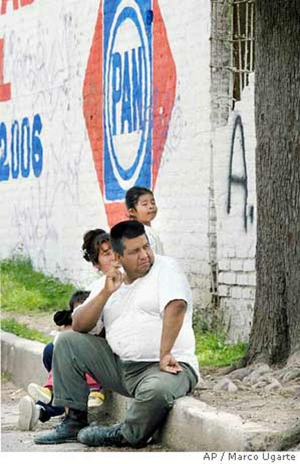 "7/5/2003 | B/W | 5star | 16p7  X  4"" | A10 | A-Section | pk  8958 | MEXICO Photo: MARCO UGARTE"