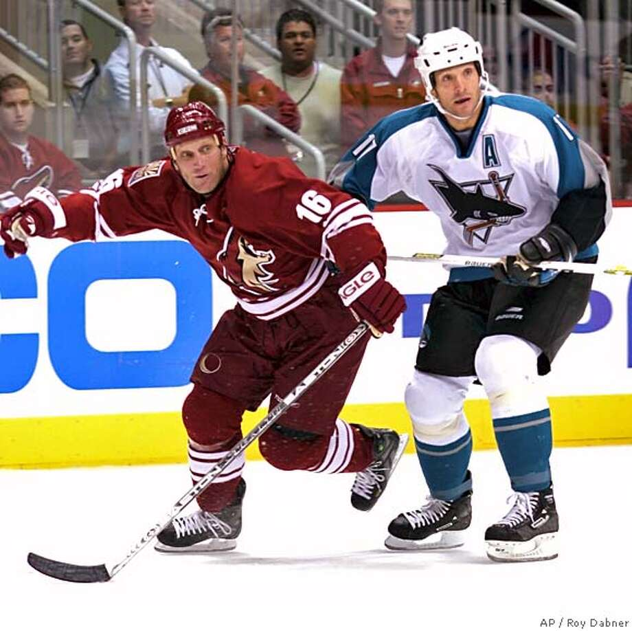 ** ADVANCE FOR WEEKEND EDITIONS, OCT. 1-2 ** Phoenix Coyotes Brett Hull (16) skates around San Jose Sharks Scott Thornton, to chase down a loose puck, during the second period, Wednesday, Sept. 27, 2005, in Glendale, Ariz.(AP Photo/Roy Dabner) ** ADVANCE FOR WEEKEND EDITIONS, OCT. 1-2 ** Photo: ROY DABNER